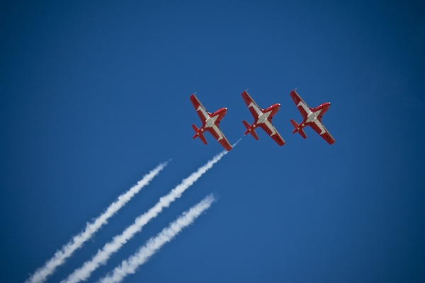 The Snowbirds aircrafts (CT-114 Tutor) perform one of their formation stunts during the 8 Wing / CFB Trenton Canadian Forces and Air Display Weekend. (CANADIAN FORCES / CORPORAL IGOR LOUTSIOUK)